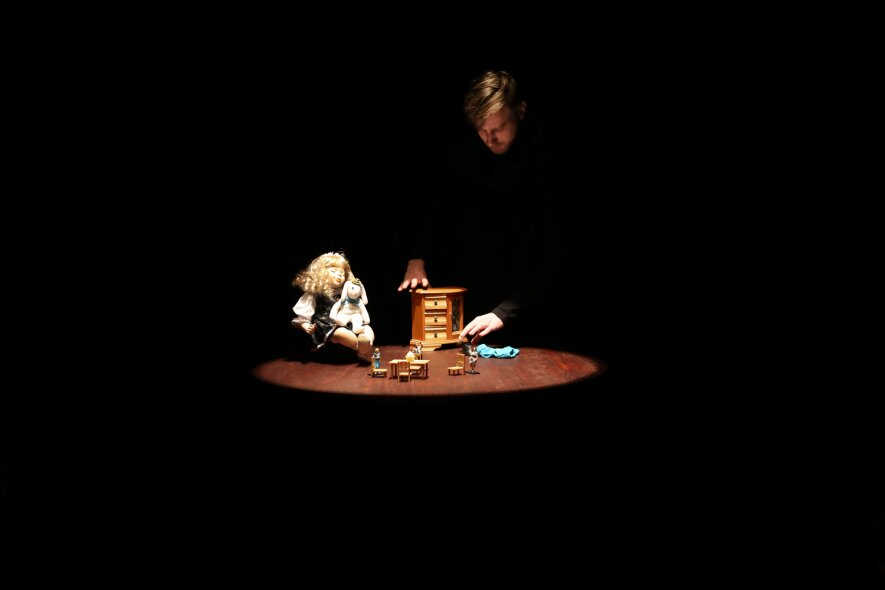 """Lėlių vaidinimas """"Nepaprasta Edvardo Tiuleino kelionė"""""""