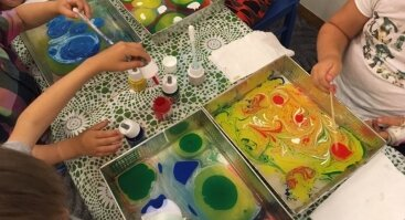 Linksmoji tapyba ant vandens