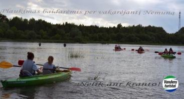 Plaukimas baidarėmis Nemunu per vakarėjantį Kauną