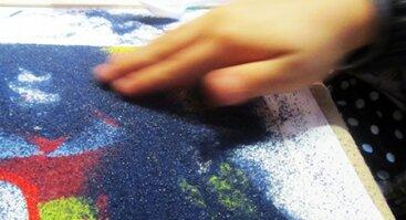 Tapyba spalvotu smėliu