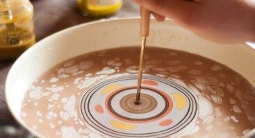 Relaksacinė mandalų tapyba ant vandens apvaliuose induose (ebru)