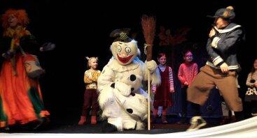 Raganiukės teatras. Raganiukė ir Kalėdų burtai su Besmegeniu. Spektaklis vaikams