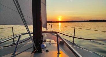 Saulės palydėjimas jachtoje