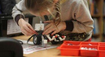 Smagūs robotikos užsiėmimai bibliotekoje mergaitėms ir berniukams
