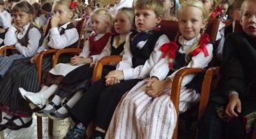 """Sutartinių giedojimas ant Pakalniškių piliakalnio """"Aušrela aušta užu beržynelia"""""""