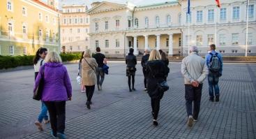 Prie Vilniaus Katedros varpinės laiptų.